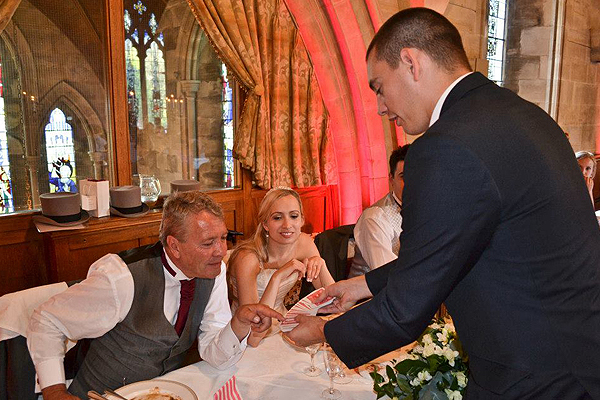 wedding-table-magician